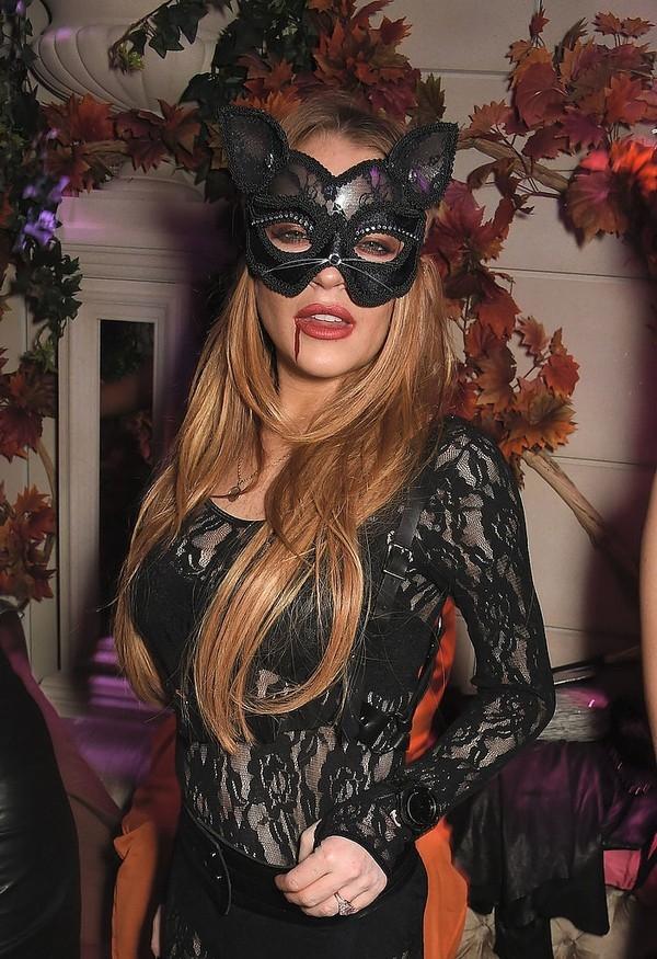 """""""Cô nàng rắc rối"""" Lindsay Lohan cải trang thành nàng mèo quyến rũ."""