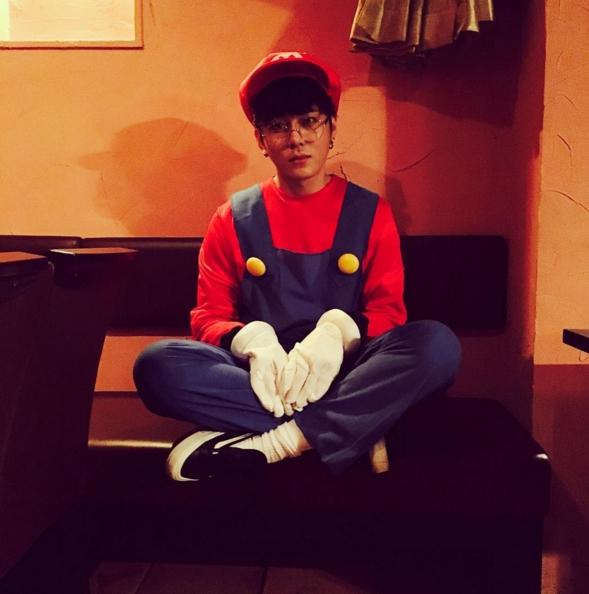 """Nổi tiếng là """"fan cuồng"""" Mario, Junhyung (Beast) cũng thừa dịp Halloween để cải trang thành """"thần tượng"""" giải cứu công chúa."""