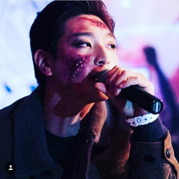 Jinwoon (2AM) dọa fan sợ chết khiếp với hàng loạt vết thương đầy máu trên mặt.