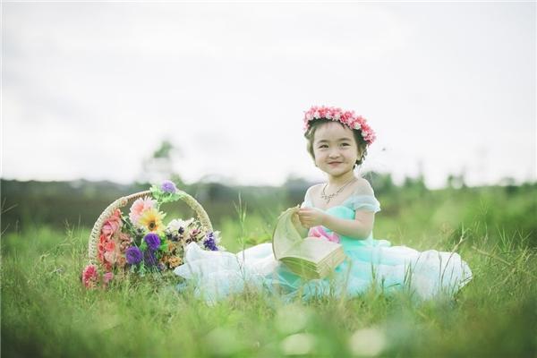Những hình ảnh hồn nhiên, đáng yêu của cô bé khiến người xem có cảm giác yên bình đến lạ. (Ảnh: Internet)