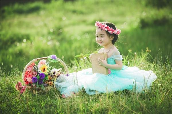 Cô bé xinh đẹp như một cô công chúa lạc giữa chốn thần tiên. (Ảnh: Internet)