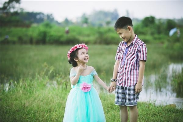 Khoảnh khắc Hana hồn nhiên vui đùa cùng anh trai giữahoa vàng cỏ xanh.(Ảnh: Internet)