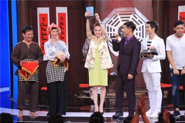 Kết quả chung cuộc, Angela Phương Trinh đã được giám khảo Hoài Linh lựa chọn là người chiến thắng. - Tin sao Viet - Tin tuc sao Viet - Scandal sao Viet - Tin tuc cua Sao - Tin cua Sao
