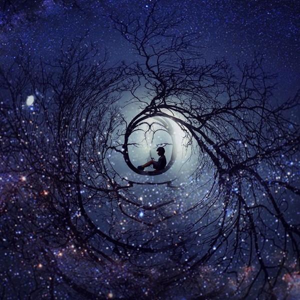 Chú bé ngồi cuộn tròn trong bầu trời lung linh những vì sao, gợi nhắc chúng ta về cácgiấc mơ đẹp từ thuở bé.