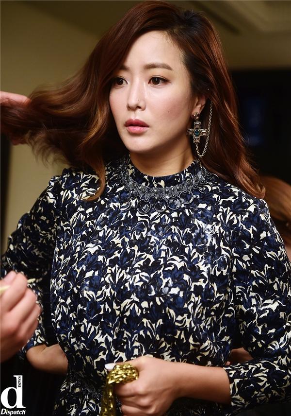 Cùng với biểu cảm gương mặt khá đơ và luôn cẩn trọng trong lúc trò chuyện thì Kim Hee Sun hầu như không thể chối cãi nghi vấn trên của cư dân mạng.