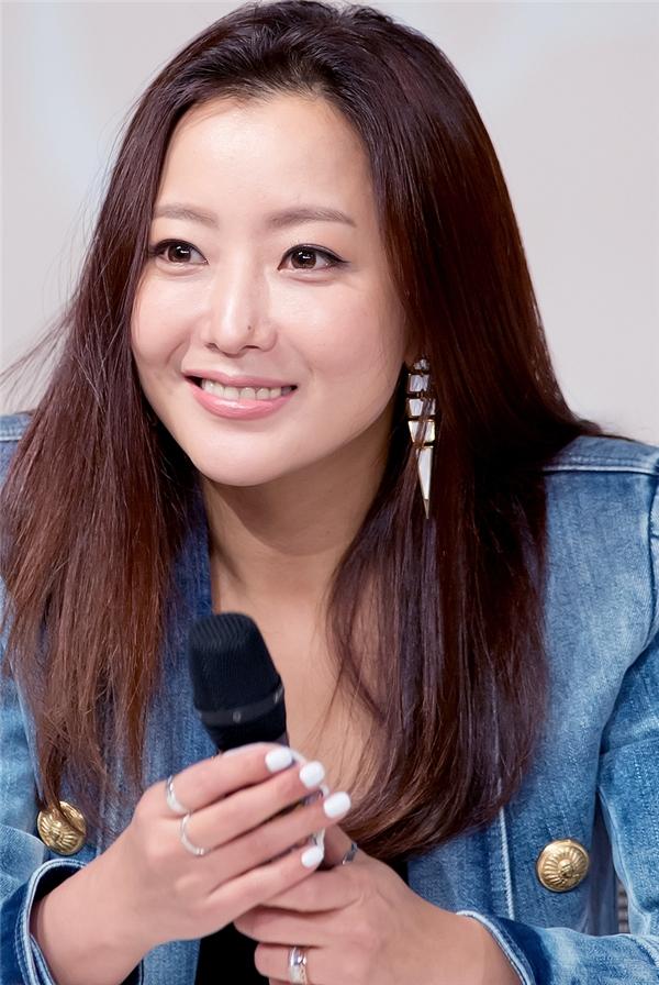 Không chỉ để lộ dấu hiệu tuổi tác, Kim Hee Sun còn bị tố lạm dụng chất hóa học để giữ cho gương mặt tươi trẻ nhưng lại khiến chiếc mũi trở nên lệch lạc.