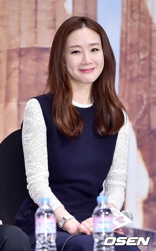 Không chỉ có chiếc mũi mà gươngmặt của Choi Ji Woo giờ đây cũng cứng đơ, khó thể hiện cảm xúc vì nhiều lần sử dụng thuốc căng da mặt.
