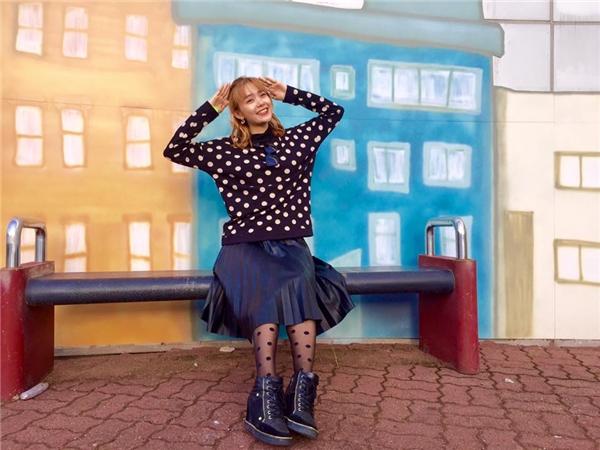 Tiết trời mùa đông của Hàn Quốc cũng là dịp lí tưởng để Minh Hằng có thể trổ tài phối trang phục. Nếu như combo quần jeans, áo voan mỏng, áo khoác da họa tiết mang lại sự trẻ trung, năng động thì sự kết hợp giữa chân váy xòe xếp li điệu đà cùng áo phông phom rộng lại thể hiện sự điệu đà, nữ tính cho nữ ca sĩ tài năng.
