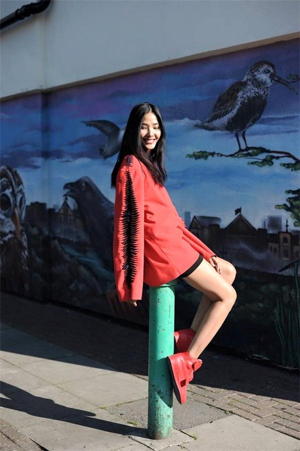 Hoàng Thùy khoe khéo đôi chân dài thẳng tấp trong chiếc váy rộng thùng thình tông đỏ nổi bật.