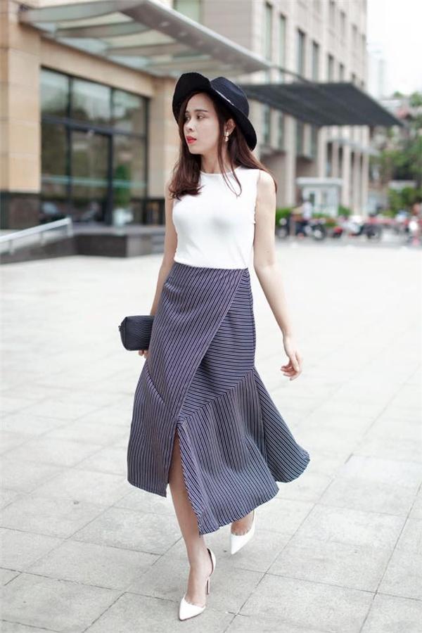 Lưu Hương Giang thu hút mọi ánh nhìn với chân váy kẻ sọc có phom lạ. Tổng thể mang đến vẻ ngoài sang trọng, thanh lịch nhưng không kém phần gợi cảm cho bà mẹ một con.