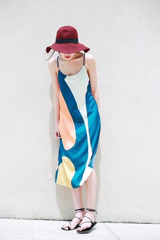 Ninh Dương Lan Ngọc gợi cảm trong chiếc váy hai dây được điểm xuyết những gam màu nổi bật, vui mắt.