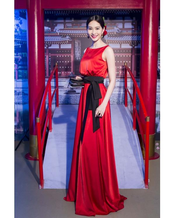 Trên thảm đỏ tuần qua, hoa hậu Đặng Thu Thảo gây bất ngờ bởi vẻ ngoài khá cầu kì. Cô diện bộ váy đỏ phom suông dài được thực hiện trên nền vải lụa cao cấp. Thiết kế được tạo điểm nhấn bởi phần thắt lưng tông đen và chính chi tiết này đã giúp người đẹp gốc Bạc Liêu phô diễn khéo léo vòng eo con kiến đáng mơ ước.