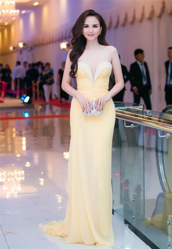 Cùng tham gia sự kiện này, hoa hậu Diễm Hương lại khá nền nã nhưng không kém phần gợi cảm khi chọn bộ váy cúp ngực, xẻ tà có tông vàng nhạt sang trọng.