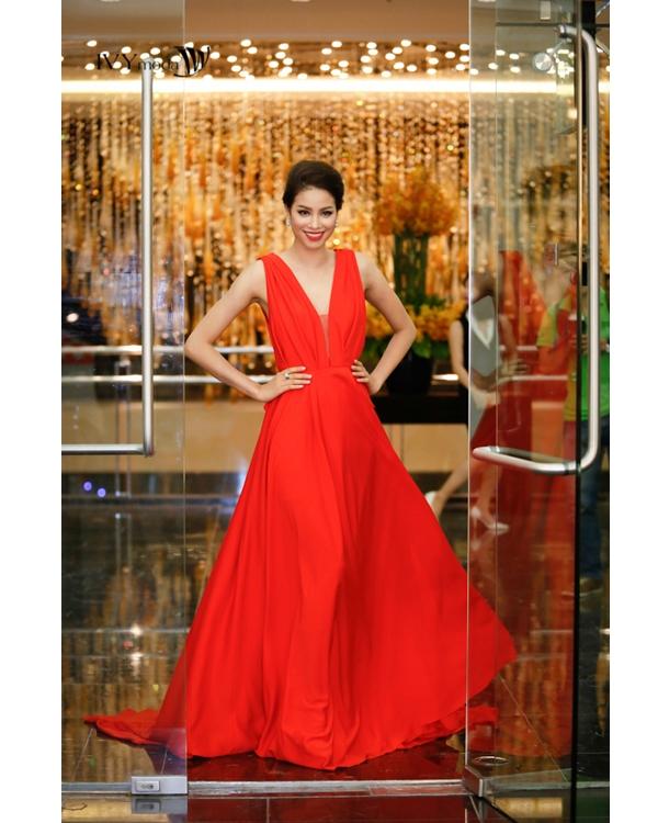 Tham dự một chương trình thời trang vào tối 31/10 tại Hà Nội, Hoa hậu Hoàn vũ Việt Nam 2015 - Phạm Hương- gần như lấn át dàn mĩ nhân khi diện bộ váy đỏ được thực hiện trên nền chất liệu voan lụa mỏng manh.