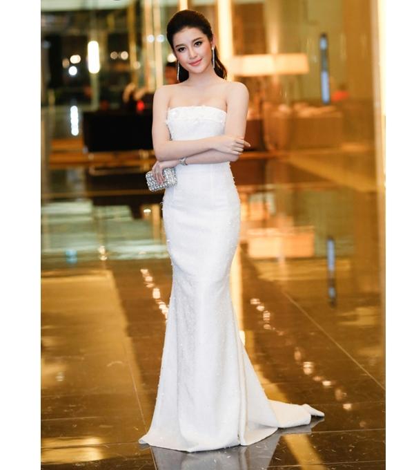 Trong khi đó, á hậu Huyền My lại ghi điểm nhờ sự thanh lịch, gợi cảm của chiếc váy ôm sát cúp ngực tông trắng tinh khôi.