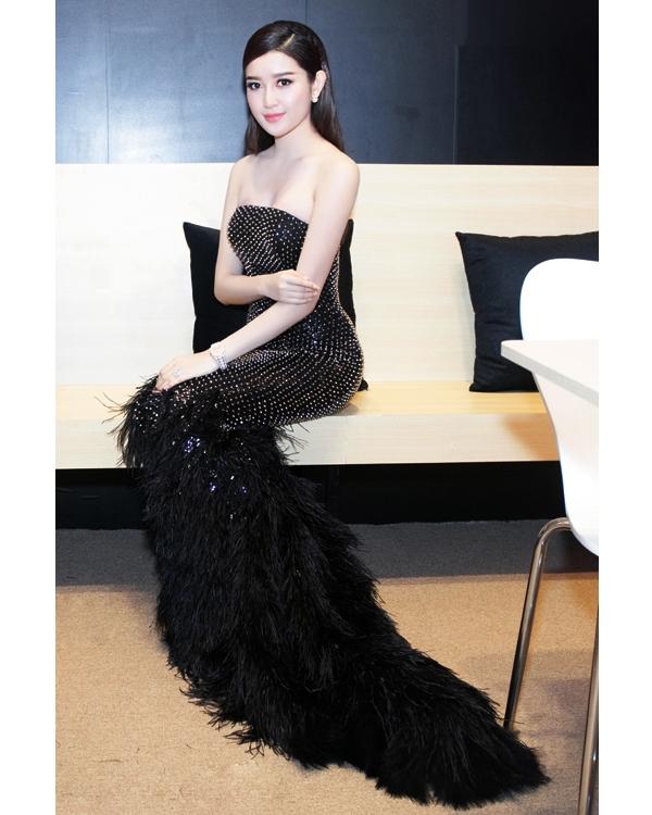 Trước đó khi tham dự một sự kiện khác, Huyền My lại gây ấn tượng khi chọn bộ đầm đen kết hợp chất liệu lông khá cầu kì ở phần chân váy.