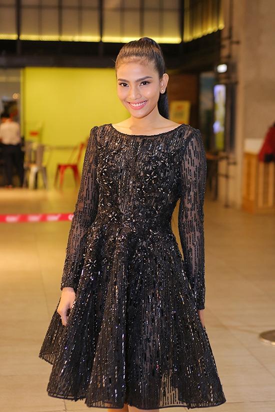 Á hậu Trương Thị May điệu đà trong bộ váy xòe ngắn xuyên thấu khá gợi cảm. Thiết kế gây ấn tượng bởi những chi tiết đính kết kì công bằng đá, hạt cườm.