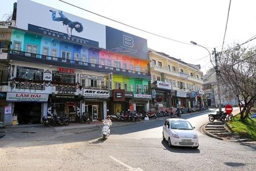 Nhà nghỉ Beepub nổi bật trên đường Trương Công Định với màu sắc sặc sỡ. (Ảnh: Internet)