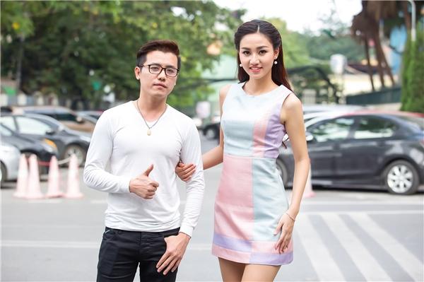Vừa qua, trong buổi trang điểm để chuẩn bị ghi hình cho một chương trình của đài truyền hình quốc gia, chuyên gia trang điểm John Kim đã bật mí vài tuyệt chiêu nho nhỏ để mang đến vẻ ngoài đầy thu hút cho Á hậu Hoàn vũ Việt Nam 2015.