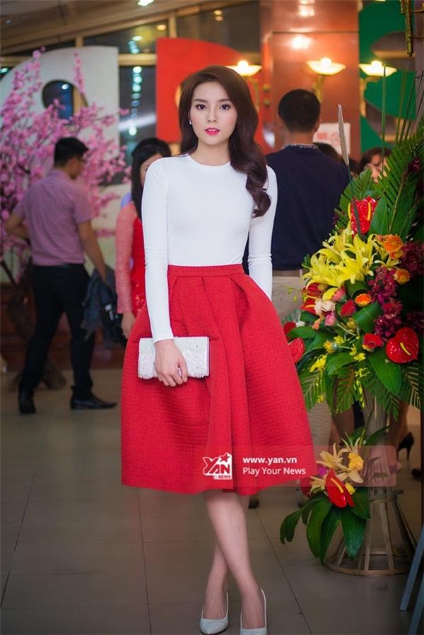 Kỳ Duyên xuất hiện trẻ trung với bộ trang phục trắng - đỏ phù hợp với thiết tiết se lạnh của Hà Nội. - Tin sao Viet - Tin tuc sao Viet - Scandal sao Viet - Tin tuc cua Sao - Tin cua Sao
