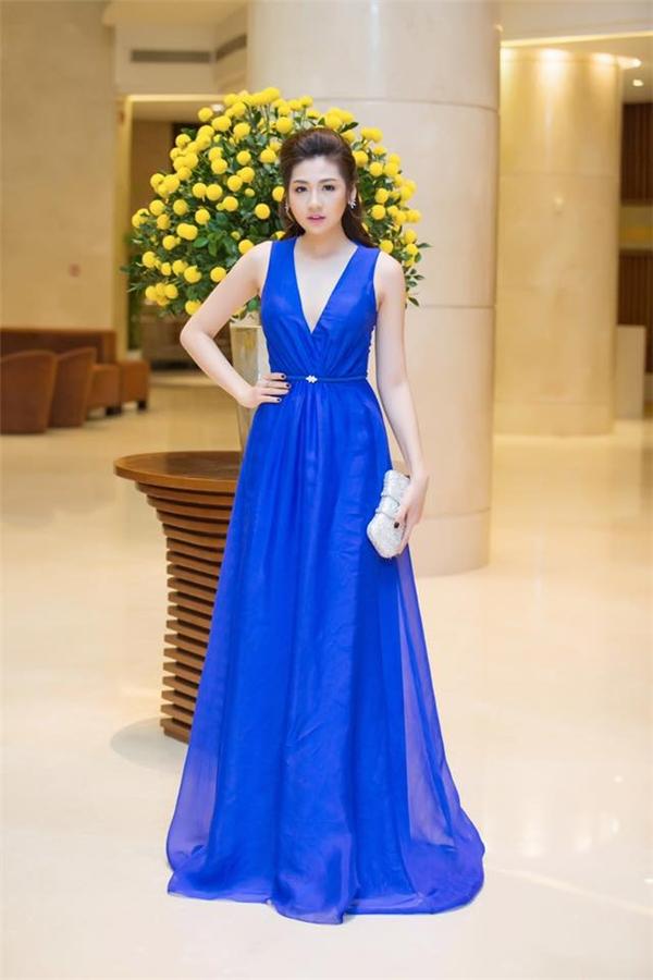 Với vẻ ngoài yêu kiều, Tú Anh dành khá nhiều tình cảm cho những dáng váy bồng xòe điệu đà. Sắc xanh cobant cùng đường xẻ ngực sâu mang lại vẻ ngoài gợi cảm, trẻ trung cho Á hậu Việt Nam 2012.