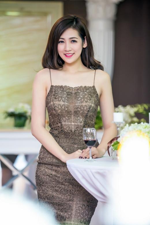 Người đẹp gốc Hà thành gợi cảm trong chiếc váy hai dây ôm sát được thực hiện trên nền chất riệu ren lưới mỏng tang. Sắc nâu vàng mang đến nét đẹp của sự sang trọng, đẳng cấp.