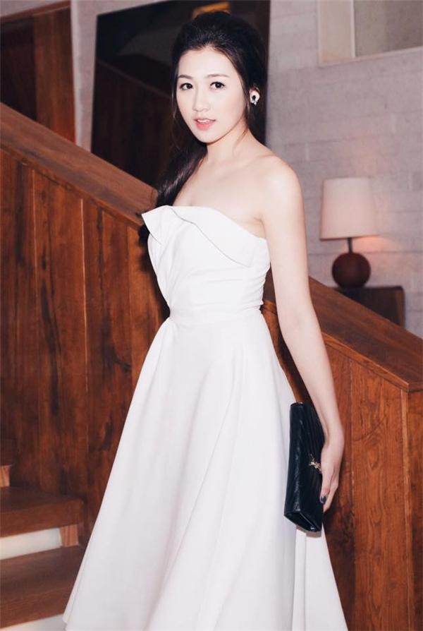 Sắc trắng tinh khôi dường như luôn phù hợp với sắc vóc của người đẹp Hà thành. Thiết kế tạo điểm nhấn bởi chi tiết dựng phom 3D khá độc đáo.