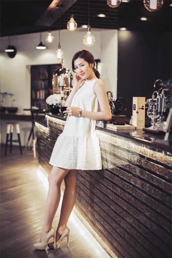 Á hậu Việt Nam 2012 khéo léo giấu đường cong trong chiếc váy trắng phom suông trẻ trung, năng động.