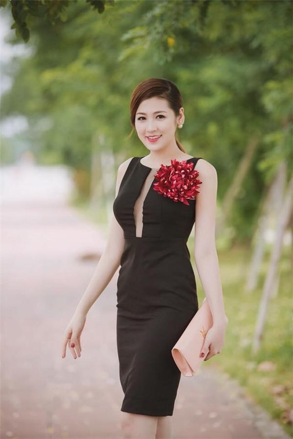 Với tỉ lệ thân người cân đối cùng số đo ba vòng lí tưởng, Tú Anh luôn tự tin diện những dáng váy ôm sát khoe đường cong. Bộ váy khá đơn giản trở nên bắt mắt hơn nhờ bông hoa cài áo có tông đỏ nồng nàn, quyến rũ.