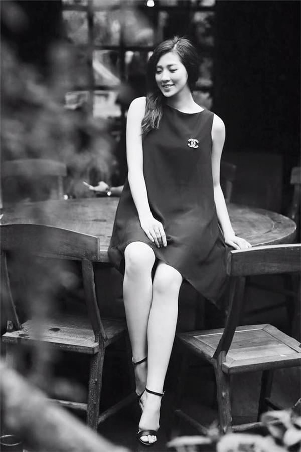 Bộ váy chữ A khá sang trọng có giá chưa đến 1 triệu đồng của Tú Anh. Thay vào những món hàng hiệu đắt tiền, Tú Anh lại khá bình dân trong khoản đầu tư cho trang phục. Cô thường lựa chọn những trang phục đến từ những nhà thiết kế trẻ như: Huy Trần, Lê Thanh Hòa.