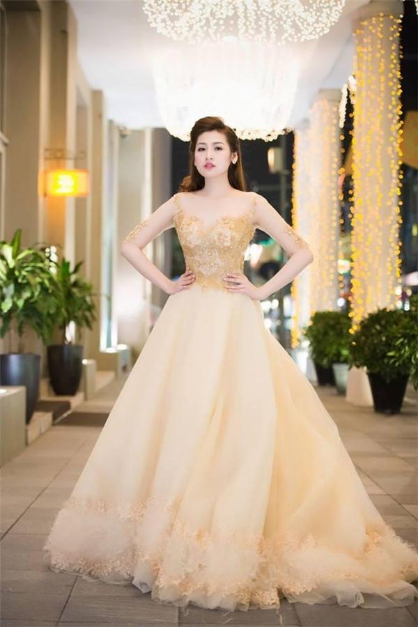Tú Anh lộng lẫy như nàng công chúa bước ra từ những câu chuyện cổ tích khi diện bộ váy xòe kết hợp chất liệu ren, lưới, voan lụa.