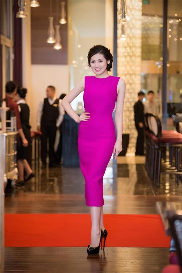 Sắc tím hồng ngọt ngào lãng mạn kết hợp dáng váy cocktail mang đến vẻ ngoài sang trọng, thanh lịch cho Á hậu Việt Nam 2012.
