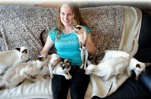 Kelly bên những chú mèo. (Ảnh: Internet)