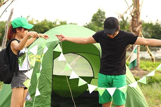  Kim Nhã và Quang Bảo đã tự tay dựng cho mình một căn lều để có buổi pinic qua đêm thật hoàn hảo.