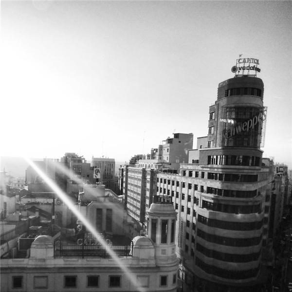 Thành phố Madrid vươn mình đón tia nắng đầu tiên của một ngày mới.(Ảnh: Guigurui)