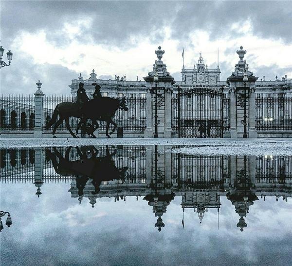 Cảnh vật khoác một màu xám bạc lạnh lẽo sau cơn mưa.(Ảnh: Guigurui)