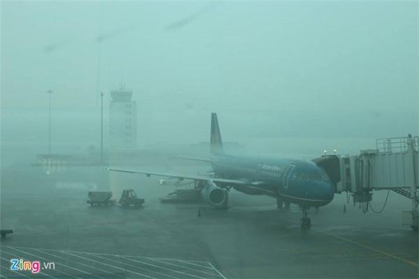 Hàng loạt chuyến bay bị hoãn do thời tiết xấu. Ảnh: Zing