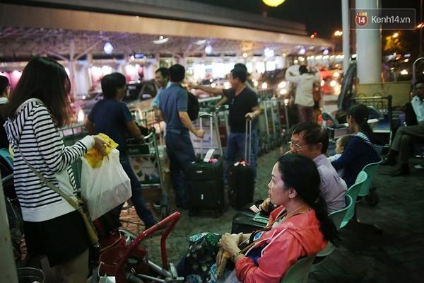Hành khách mệt mỏi khi các chuyến bay bị hoãn. Ảnh: TríThức Trẻ