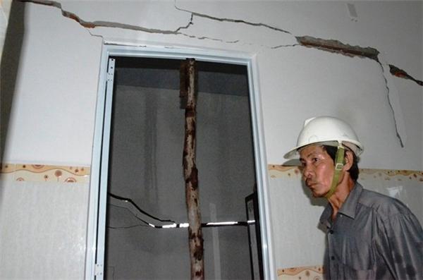 Căn nhà của ông Trà bị nứt toác ở tường. Ảnh: Zing