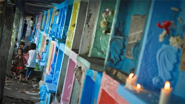 """Những đứa trẻ chơi đùa quanh một """"ngôi nhà"""" có hình dáng như mộ. (Ảnh: Flickr)"""