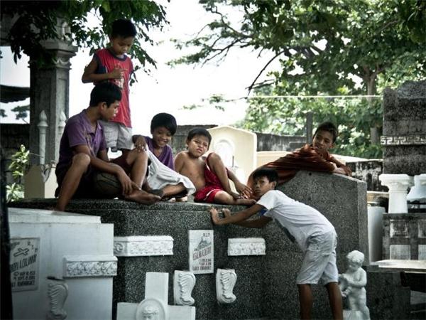 Hình ảnh trẻ em lang thang quanh cáckhu mộ phầnkhông quá xa lạ ở khu vực nghĩa trang Bắc Manila. (Ảnh: Flickr)