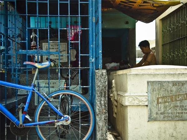 Những hộ dân ở đây kinh doanh, buôn bán ngay trong mộ phần của cha mẹ, ông bà mình. (Ảnh: Flickr)