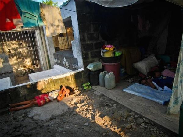 Giấc ngủ trưa thanh bình của một gia đình nhỏ bên cạnh ngôi mộ. (Ảnh: Flickr)