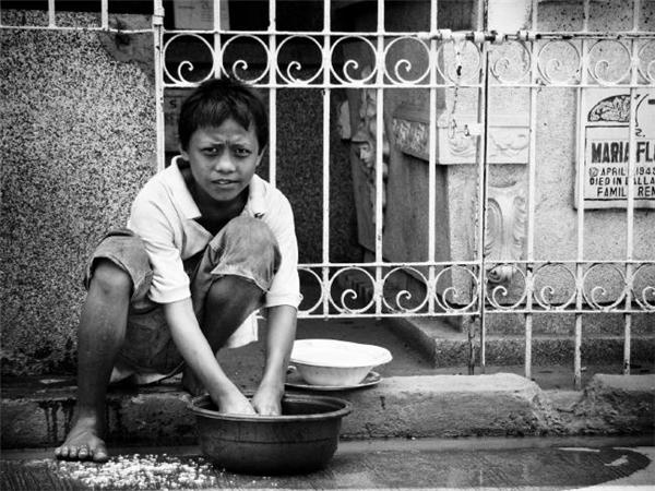 Những đứa trẻ nhặt nhạnh phế liệu và đồ nhựa để bán lại. (Ảnh: Flickr)