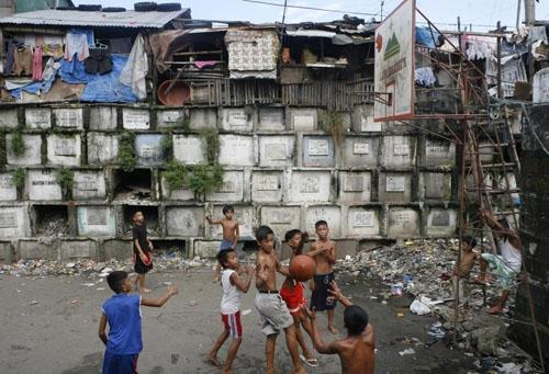 Khoảng 40% dân số Manila phải sống trong cảnh nghèo khổ ở các khu ổ chuột hoặc những nơi nguy hiểm như nghĩa trang hay bờ sông. (Ảnh: Flickr)