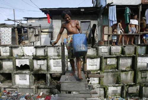 Mặc dù chính quyền thành phố đã nhiều lần giải tỏa dân cư sống ở nghĩa trang Bắc Manila nhưng rồi những người này lại tiếp tục tìm cách để trở về sống tại đây. (Ảnh: Flickr)