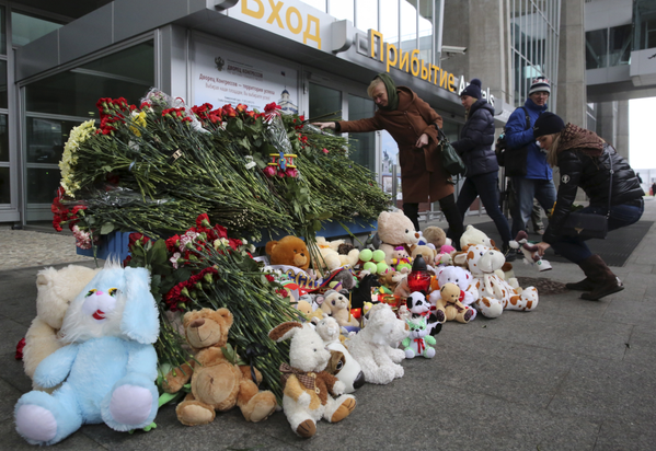 Người dân Nga tưởng niệm những hành khách trong vụ tai nạn máy bay. (Nguồn: internet)