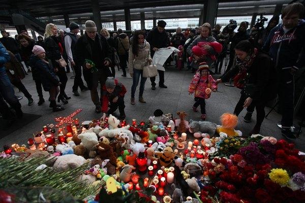 Rất nhiềugấu bông để tưởng niệmnhững hành khách nhỏ tuổi thiệt mạng trong vụ tai nạn. (Nguồn: Internet)