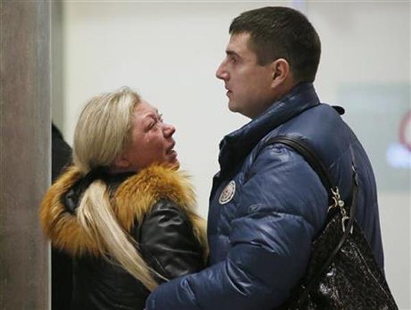 Thân nhân đau đớn chờ tin tại sân bayPulkovo, St.Petersburg, Nga. (Nguồn: Internet)