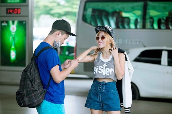 Cô nàng diện phong cách cá tính, năng động tại sân bay. - Tin sao Viet - Tin tuc sao Viet - Scandal sao Viet - Tin tuc cua Sao - Tin cua Sao